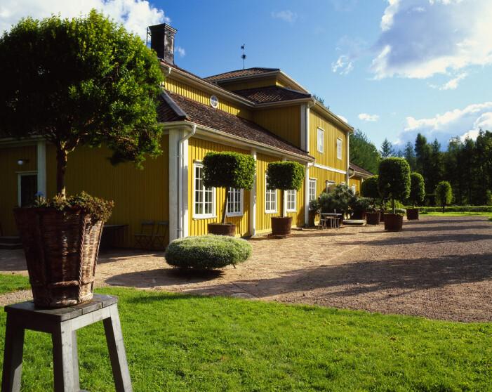 Tage Andersens Gunillaberg är till salu. Trädgården bjuder på buxbom och grusade gångar.