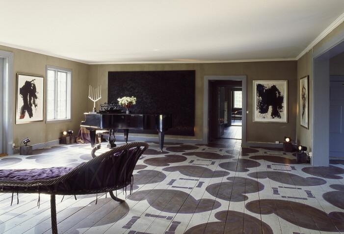 Tage Andersens Gunillaberg är till salu. Sal med målat golv och flygel.