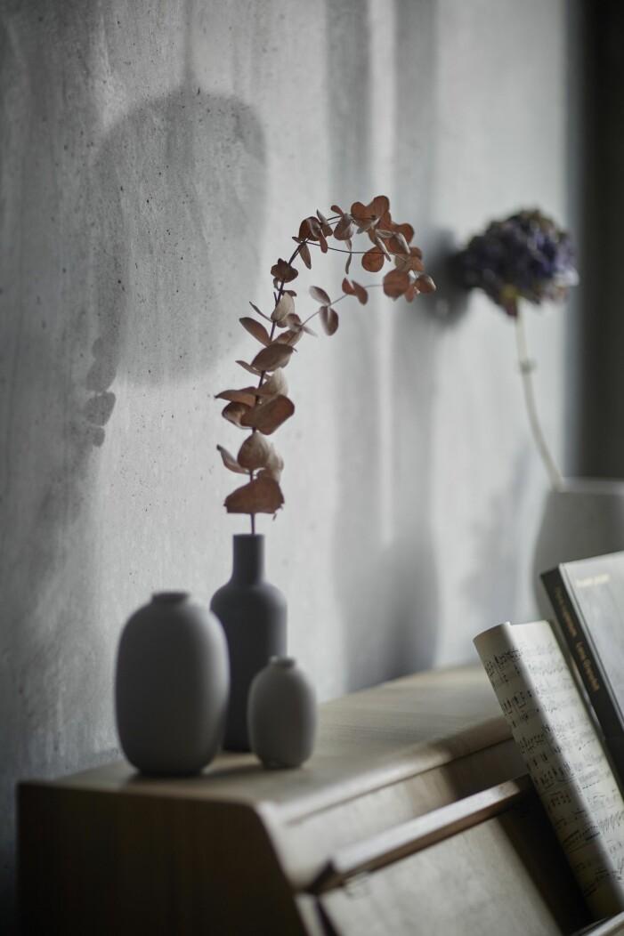Vaser på ett piano i Ohboy-huset