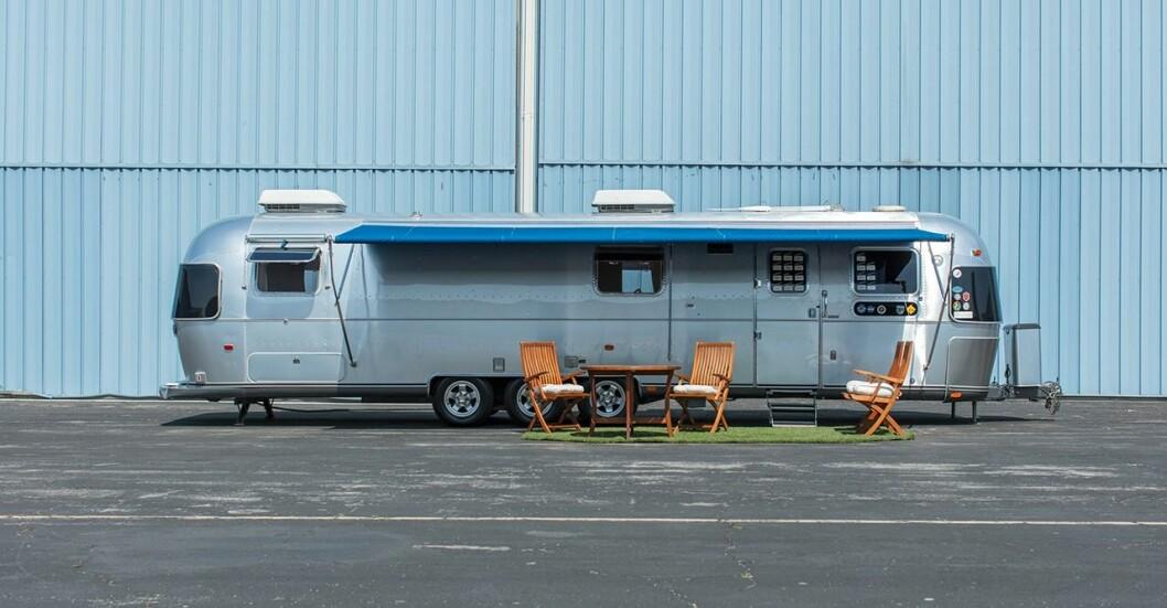 Tom Hanks säljer den tio meter långa husvagnen på auktion. Husvagnen har varit skådespelarens tillfälliga hem under filminspelningar, såsom Forrest Gump och Änglar och demoner.