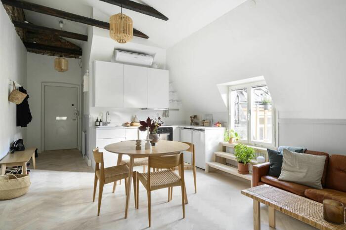 hem med möbler i trä och rotting – naturnära och ljust