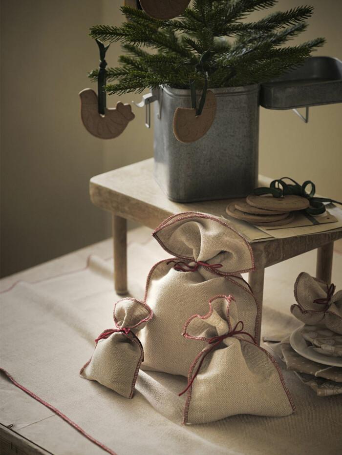 Traditionella juldekorationer i trä och jute