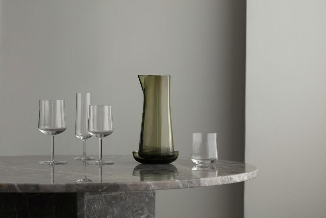 Tre glas på fot, ett vattenglas och en karaff från serien Informal för Orrefors.