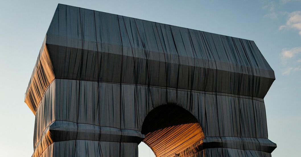 Trimufbågen i Paris täcks, av alidne konstnären Christos.