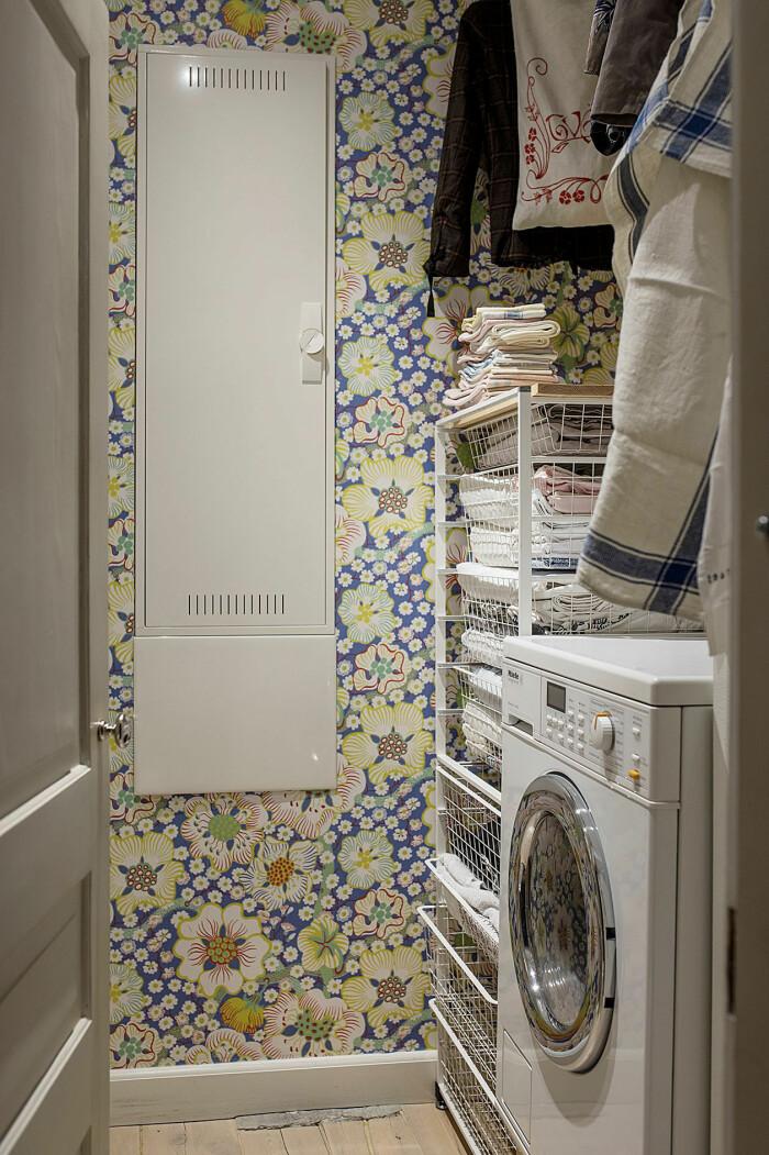 liten snygg tvättstuga med tapet av josef frank