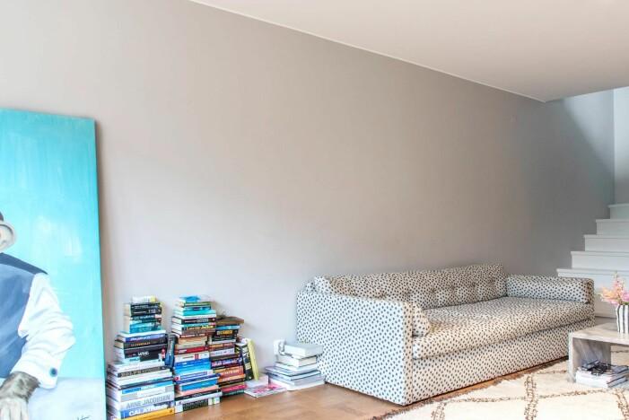 Hänga konst hemma hos Hannah Widell Ed art vardagsrum före