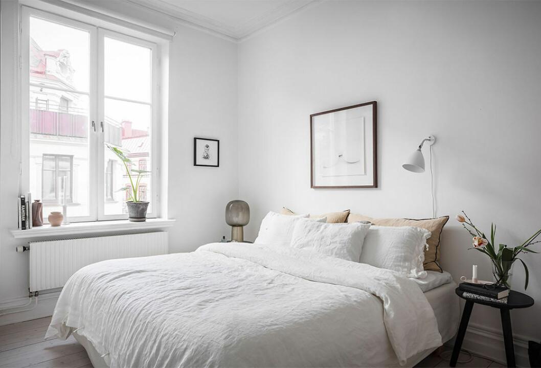 ljust sovrum med olika lampor