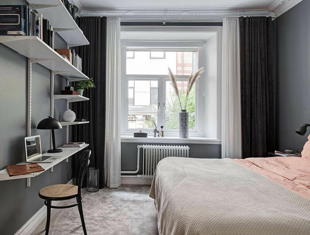 Gardiner i ett klassiskt centrerat fönster med dubbla gardiner för hotellkänsla