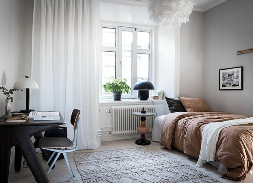 Gardin i rum med asymmetrisk vägg – välj rätt gardin för dina fönster