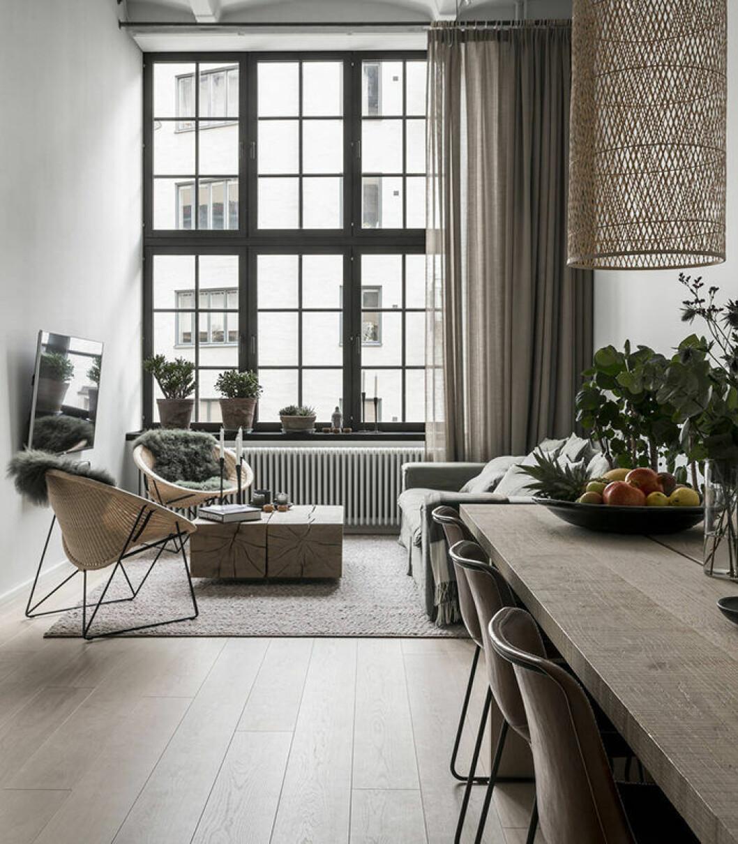 Industriellt fönster som matchas snyggast med en gardin på sidan