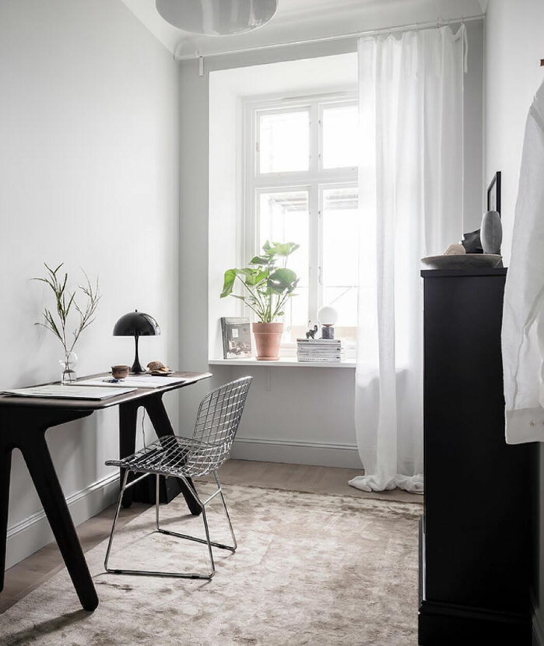 Gardiner i ett smalt rum med fönster