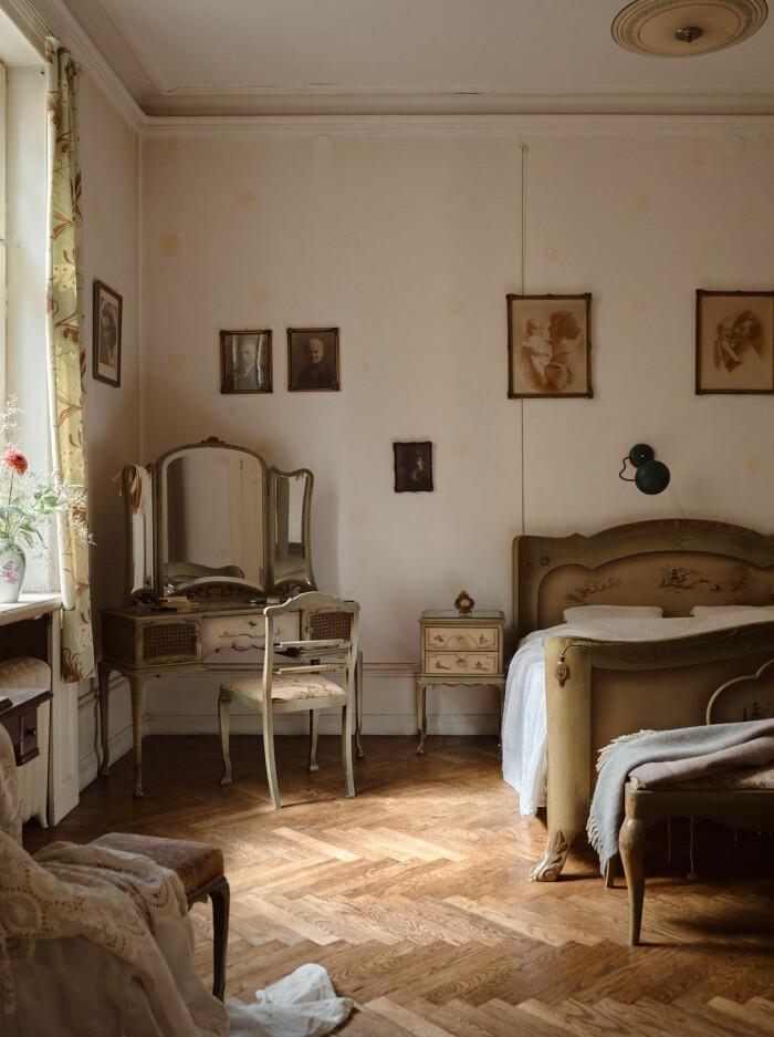 sovrum med äldre sminkbord intill
