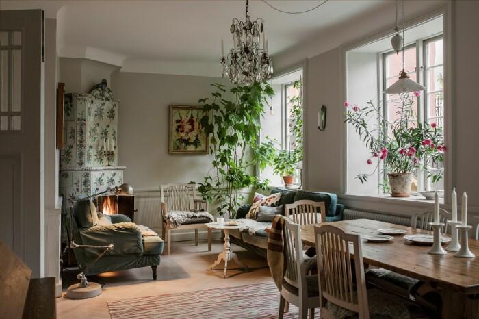 vardagsrum med blommig kakelugn
