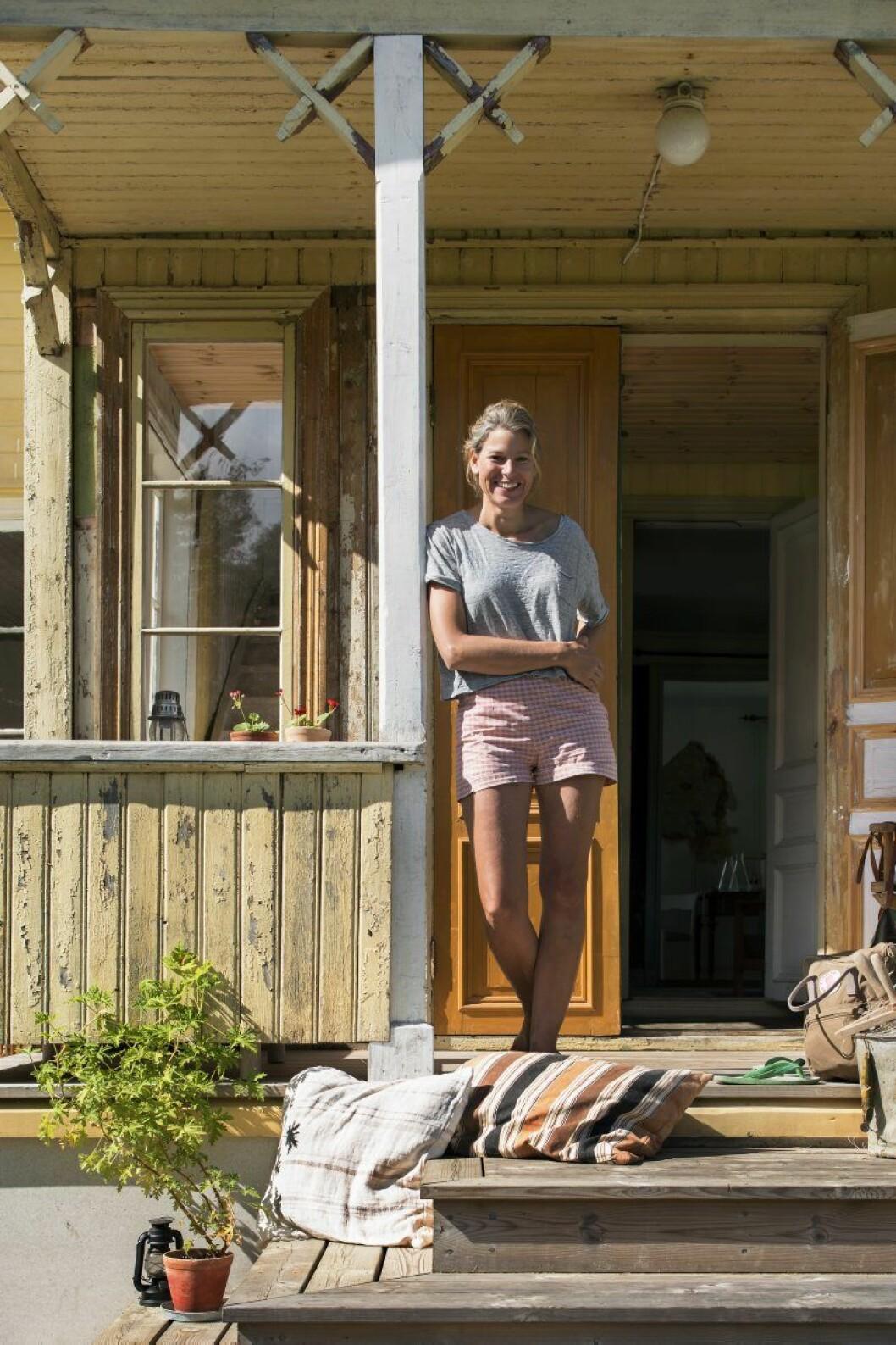 Huset renoveras steg för steg och med noggrann byggnadsvårdsresearch. Emma kan hålla ett femton minuters föredrag om taklisten och åt vilket håll den ska vändas.