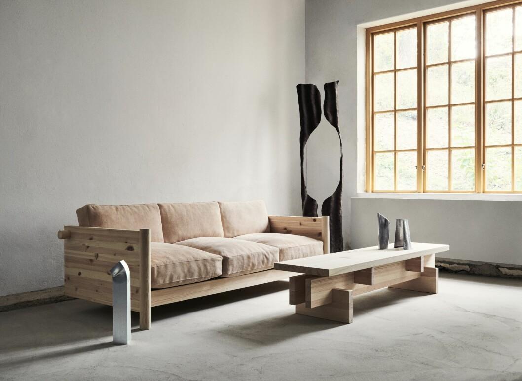 Verks soffa V.MC.01, design Mia Cullin, tillverkas i massiv ek eller furu.