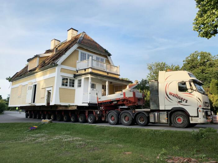 Gul sekelskiftesvilla flyttas med lastbil i Djursholm