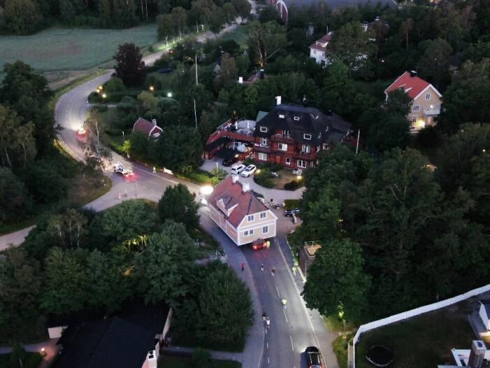 Sekelskiftesvilla flyttas med lastbil i Djursholm