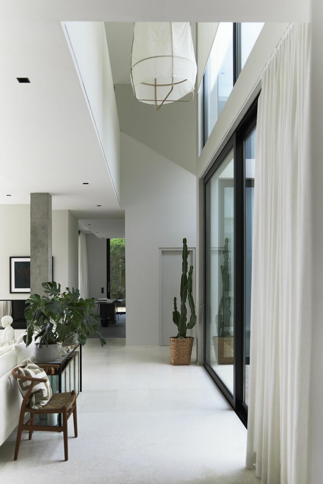Möbler från svenska och danska designers hemma hos Charlotte Gyllenhammar på Ibiza.