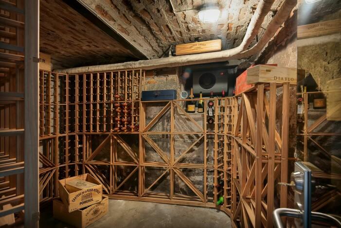 Vinkällare med plats för 800 vinflaskor.