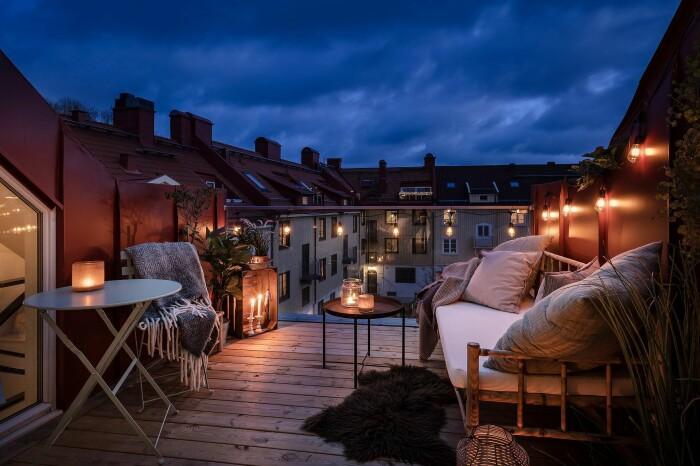 mysig balkong med ljusslinga och lyktor på hösten och vintern