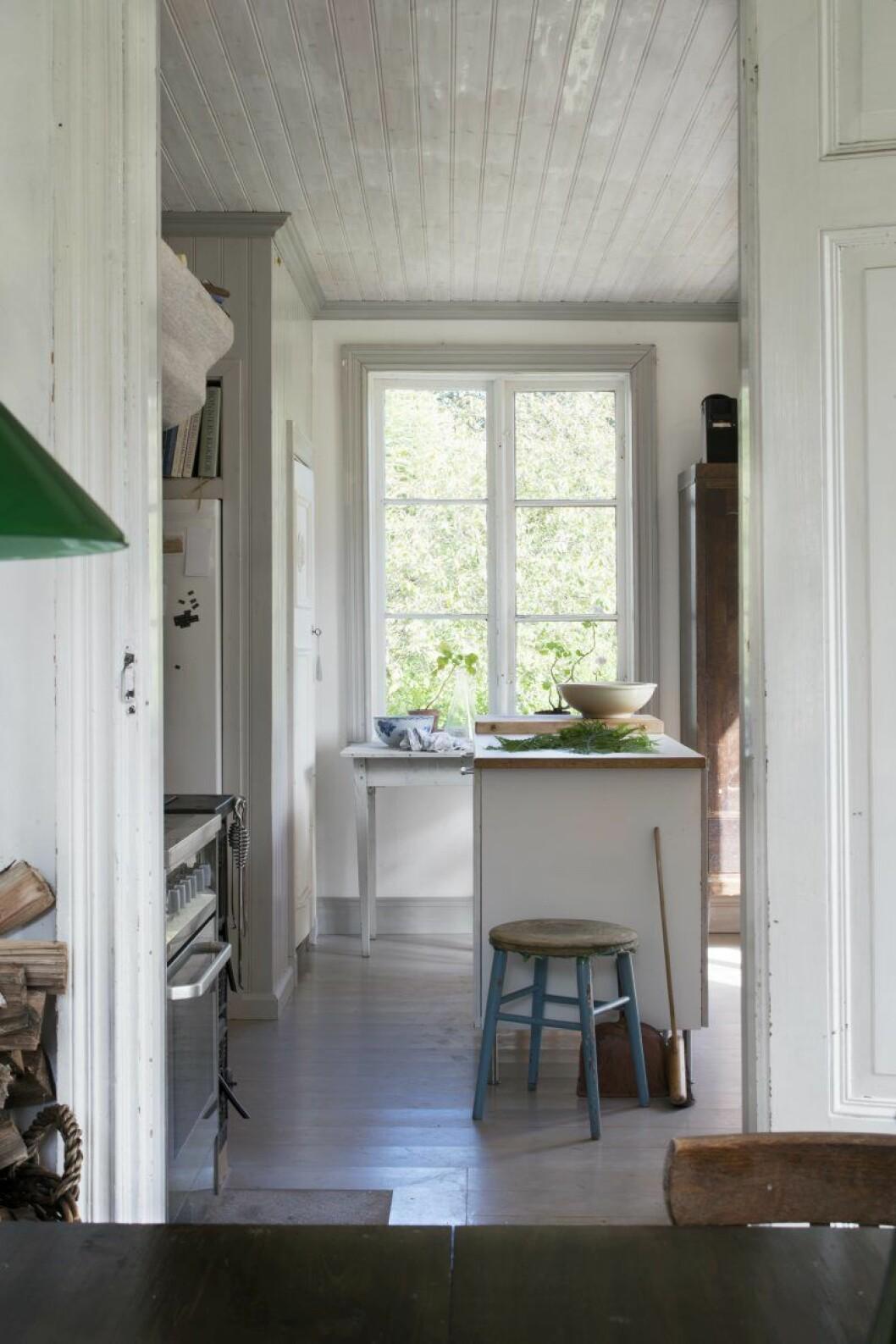 Dörren till köket är ny, fastän det inte syns över huvud taget. I köket la paret in nytt golv, kaklade väggarna, tog upp en ny dörr till trädgården och byggde en köksö. »Helt mussäkert, men det visste jag inte innan!« säger Emma.