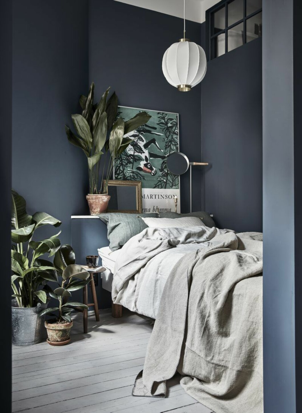 Samtliga sängkläder är köpta på Norrgavel. Rund bordsspegel Me Mirror, design Mathias Hahn för Asplund. Taklampa köpt på Svenskt tenn. Pall från Norrgavel.