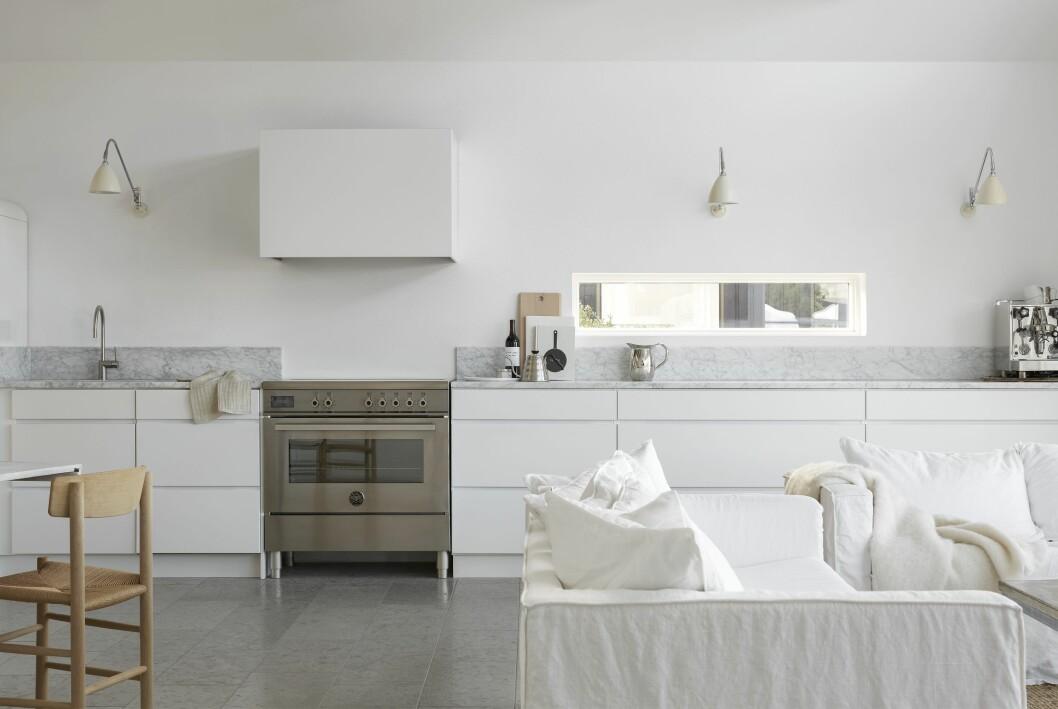 Rum med öppen planlösning inrett i olika nyanser av vitt.