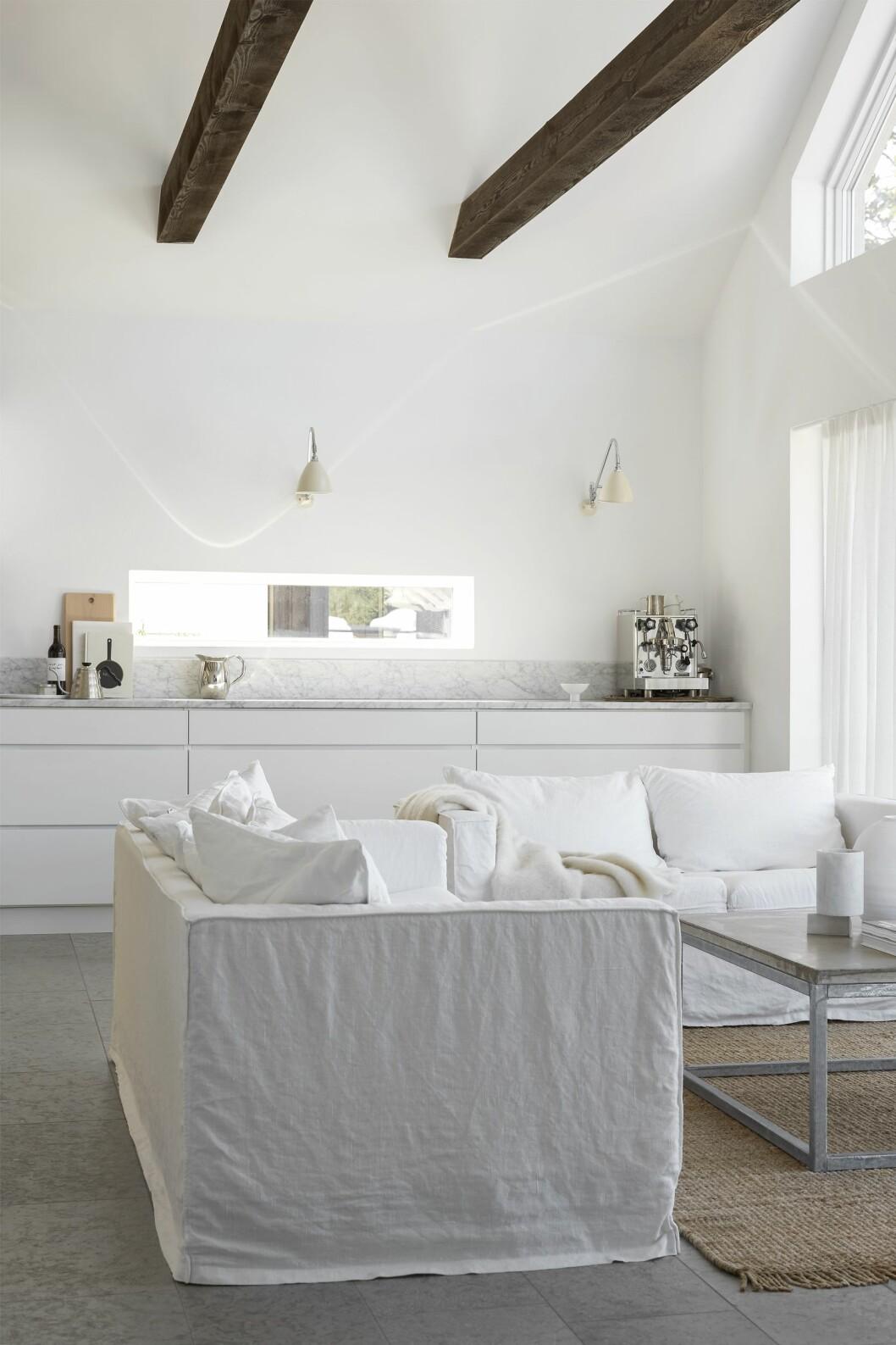 Kök från Kvik med specialbeställd bänkskiva i marmor. Vägglampor, Gubi Bestlite. Espressomaskin, Rocket.