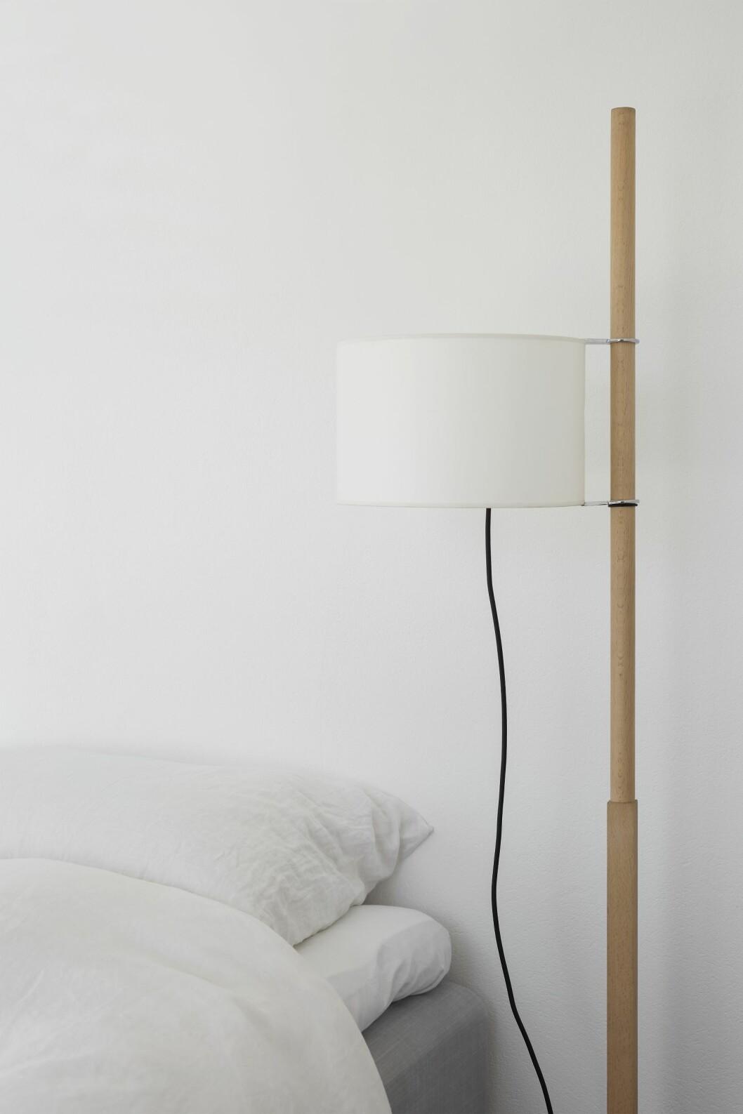 Höj- och sänkbar golvlampan TMM från Santa & Cole, ritad av den spanske industridesignern Miguel Milá.