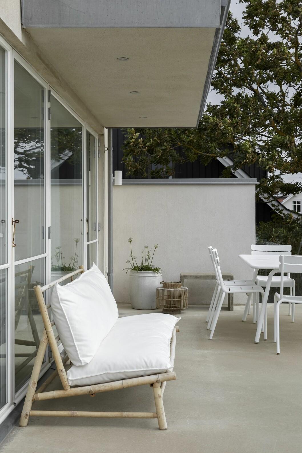 Från terrassen har man utsikt ut mot Öresund och Kattegatt. Bambusoffa från Tine K home. Bordsgrupp Luxembourg från Fermob.