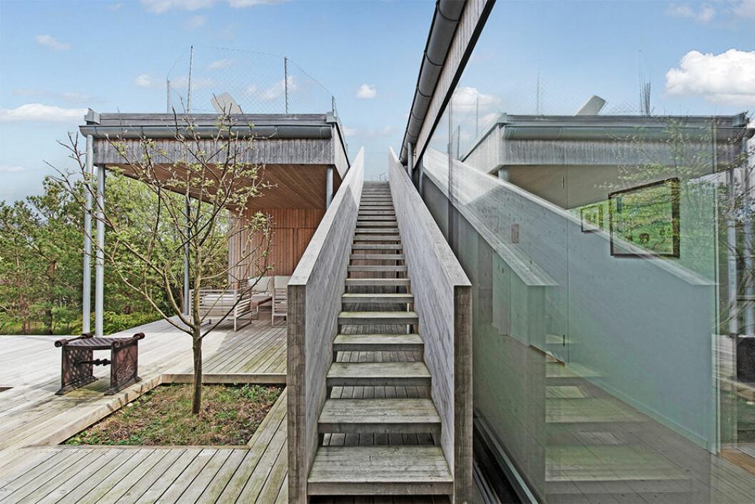 Trappan leder upp till ytterligare en uteplats på taket