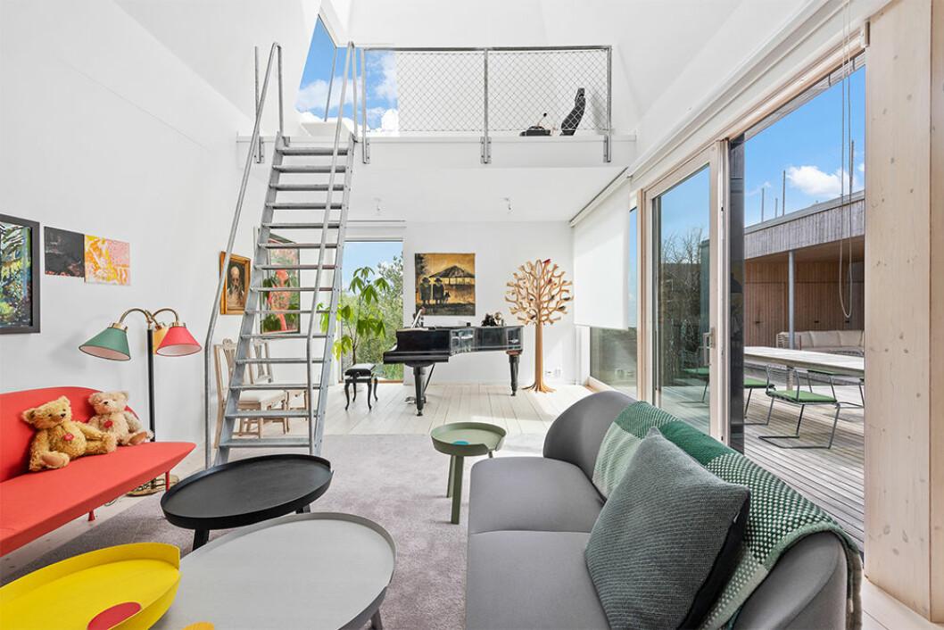Färgglad inredning ger charm i det ljusa hemmet