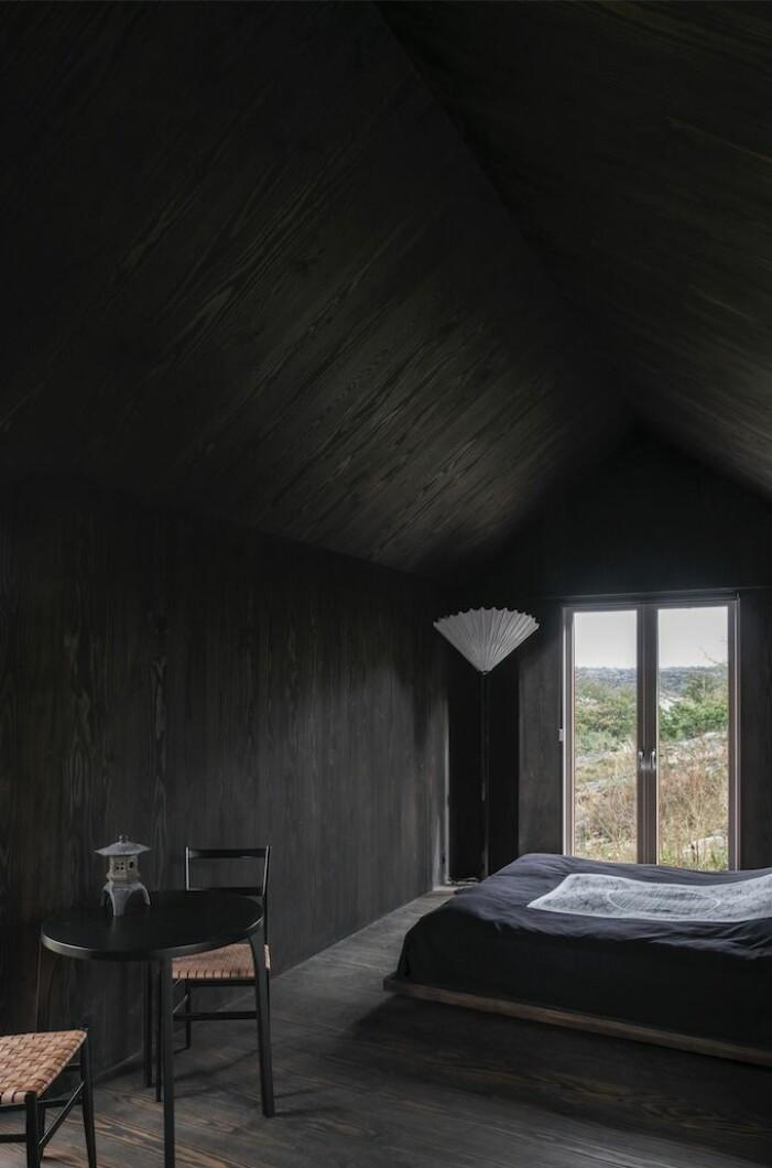 Wingårdhs gård Äggdal, gästhus med helt svart inredning.