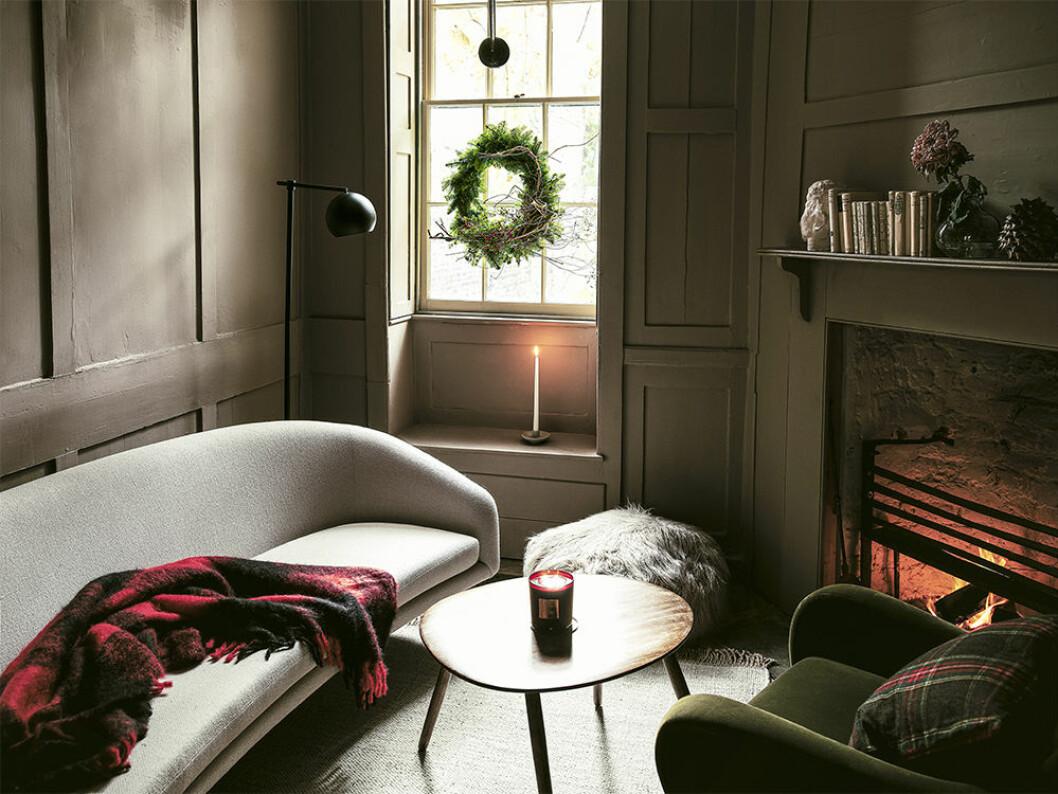 Jul hemma med krans, levande ljus och textilier